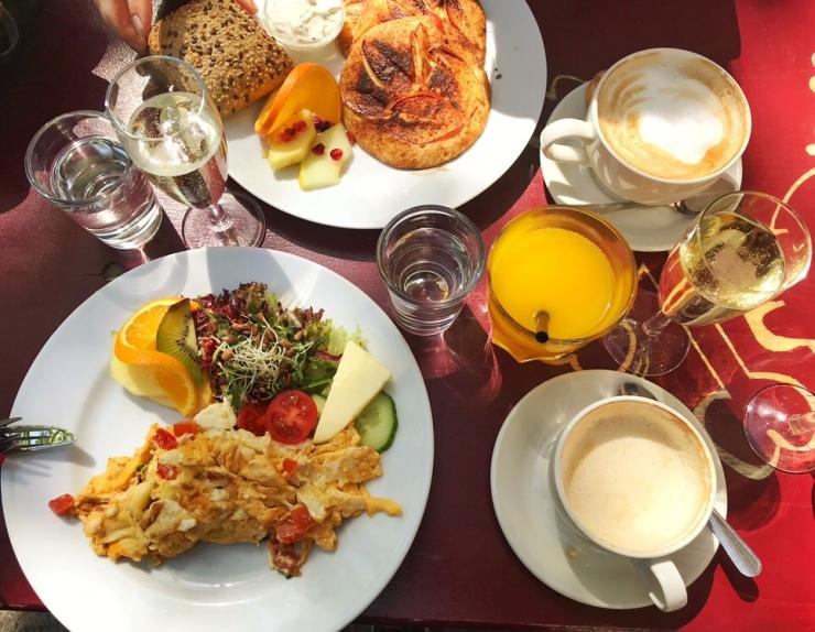 Aamiainen, munakas, pannukakut, appelsiinimehu, kahvi